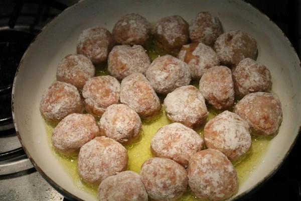Albóndigas készítése 5 - húsgombócok sütése olívaolajban