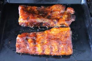 Barbecue oldalas sütése: kend be a szósszal