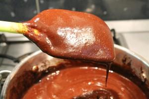 """Csokis brownie """"tésztája"""": még nézni is öröm, ahogy lecsorog a keverőlapátról"""