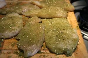 Csirkemell zatar fűszerkeverékbe forgatva