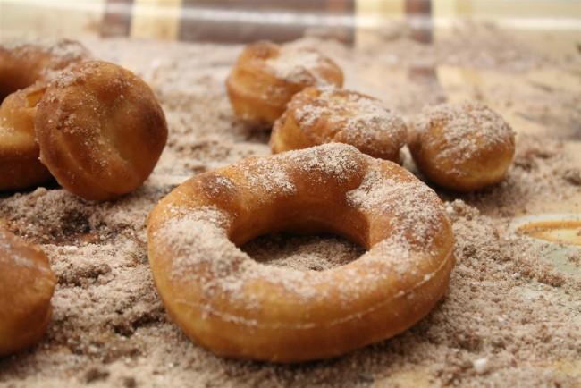 Fánkok fahéjas cukorba forgatva