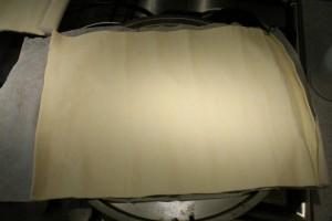 Galette des rois készítése: terítsd ki a leveles tésztát egy tepsire