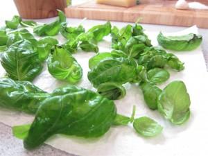 Pesto készítése: Szárítsd meg a bazsaloiomleveleket