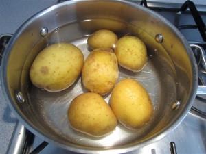 Gnocchi készítése: főzd meg héjában a krumplit
