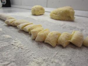 Gnocchi készítése: vágd föl 2-3 cm-es darabokra