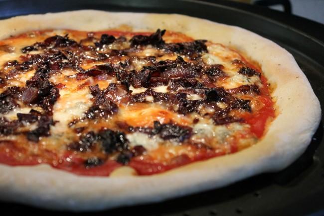 Kéksajtos pizza karamellizált lila hagymával