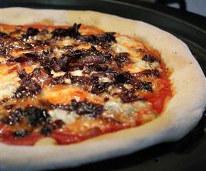 Kéksajtos pizza karamellizált lilahagymával