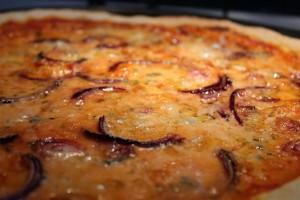 Kéksajtos lila-hagymás pizza
