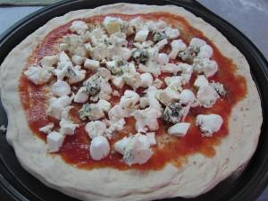 Kéksajtos pizza sütés előtt