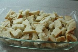 Kenyérpuding készítése: tördeld darabokra a kenyeret