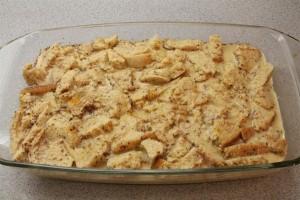 Kenyérpuding készítése: öntsd a kenyérre a tejes-tojásos öntetet