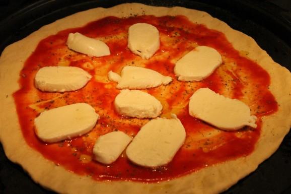 Margarita pizza készítése: mozzarella szeletek