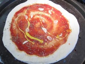 Marinara pizza sütés előtt, feltétekkel