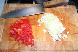 Minestrone recept: vágd apróra a paradicsomot és a póréhagymát