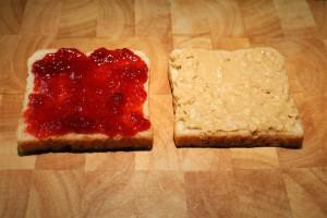 Mogyoróvajas szendvics készítése lekvárral