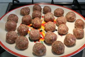 Paradicsomos húsgombóc készítése: formázz húsgombócokat