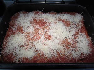 Parmigiana di melanzane rétegzése: a tetejére reszelt parmezán