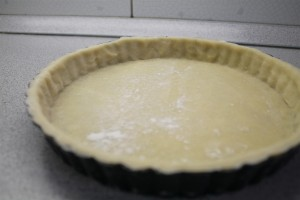 Pate brisee pitetészta elősütése: tedd kivajazott sütőformába
