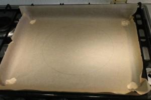 Pavlova torta recept - sütőpapír tepsiben rajzolt körrel