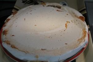 Pavlova torta alap tányérra borítva