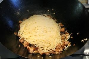 Tészta és barbecue oldalas wokban