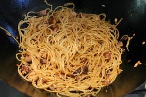 Pirított tészta wokban