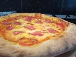 Pizza sütése: szalámis pizza
