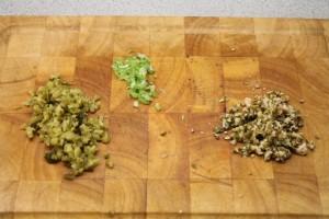 Felaprított savanyú uborka, újhagyma, kapribogyó termés