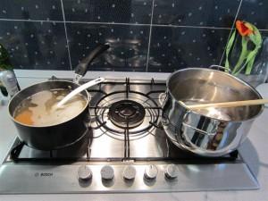 Rizottó készítése: Alaplé és lábas a tűzhelyen