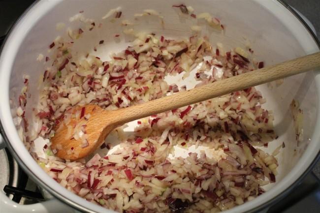 Sárgaborsó curry készítése: pirítsd üvegesre a hagymát