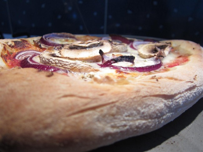 Sonkás gombás lilahagymás pizza