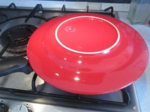 Spanyol tortilla megfordítása: tegyél a serpenyő tetejére egy tányért