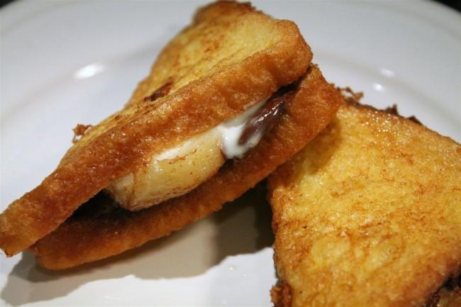 Töltött bundás kenyér nutellával, banánnal, mascarponéval