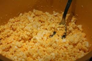 Tojáskrém készítése - főtt tojások aprítása