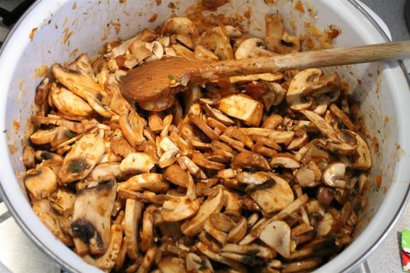 Arany gombakrémleves készítése: párold meg a gombát a fűszerekkel