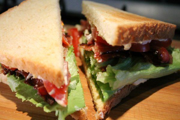 BLT szendvics háromszög alakban kettévágva