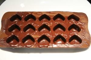 …majd öntsd ki belőle a fölösleget, de figyelve arra, hogy belül mindenhol csokis maradjon.