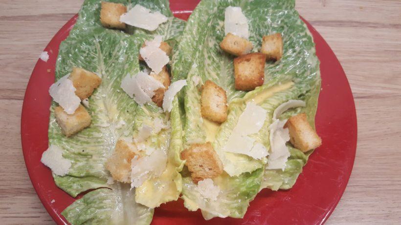 Cézár saláta tányéron