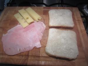 Croque-monsieur készítése: vajazd meg a toast kenyeret