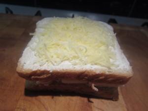 Croque-monsieur elkészítése: tejföl vagy besamel és reszelt sajt