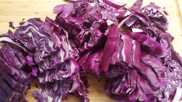 Csíkokra vágott lila káposzta
