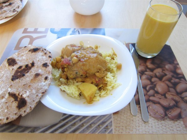 csirke curry, chapati, mango lassi
