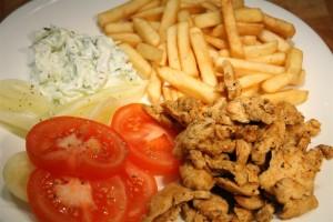 Csirke gyros sült krumplival, tzatzikival, zöldségekkel