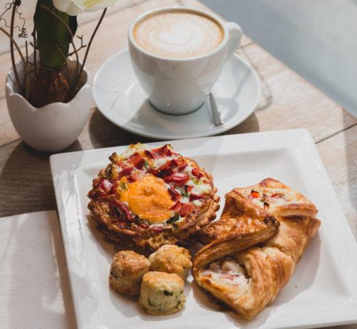 Damnizcki reggeli kínálat - péksütemények és kávé