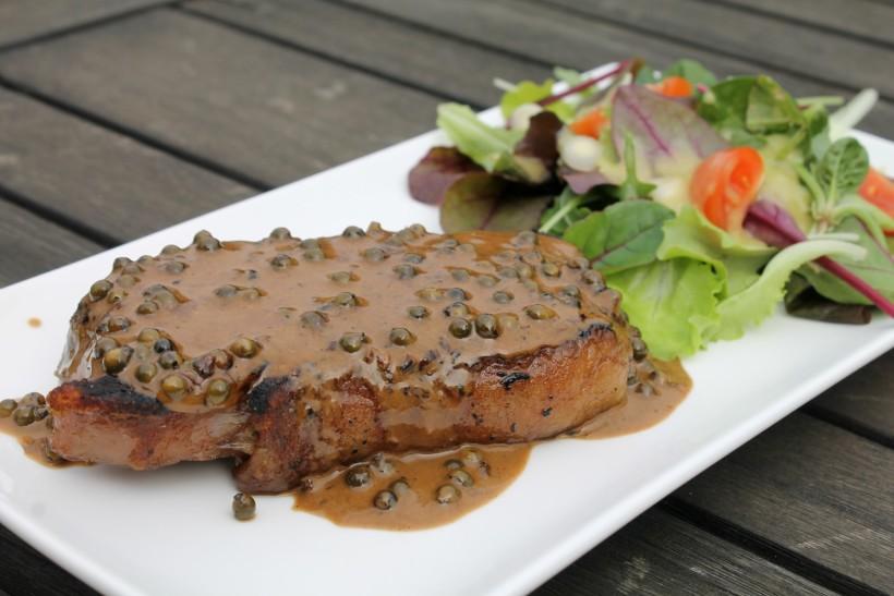 Érlelt hátszín steak zöldbors mártással