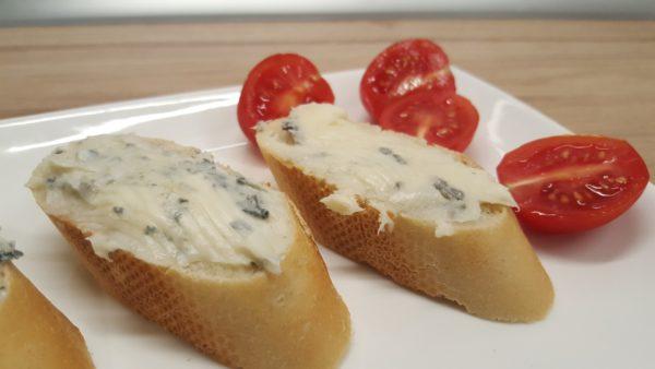 Gorgonzola sajt kenyérre kenve, paradicsommal