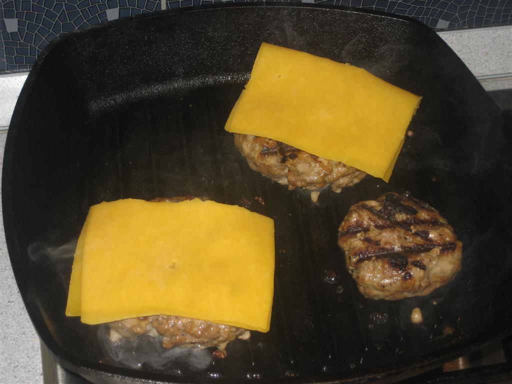 Sajt a hamburgerhús tetejére