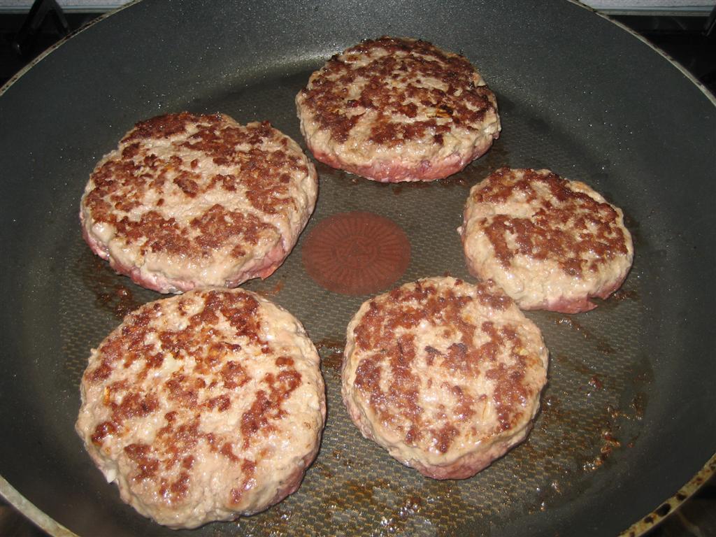 Hamburgerhús sütése hagyományos serpenyőben