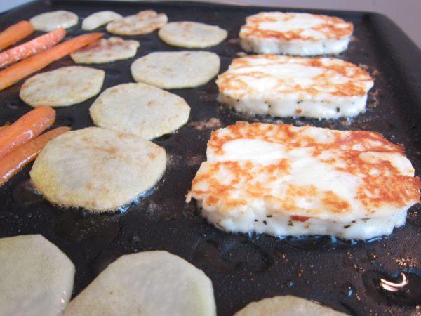 Halloumi grillezese zöldségekkel és krumplival
