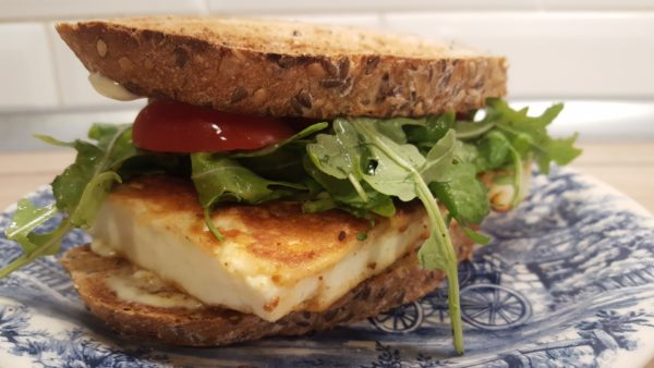 Halloumi sajtos szendvics rukolával